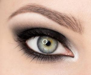 """Klasyczny makijaż """"smoky eyes"""" krok po kroku"""