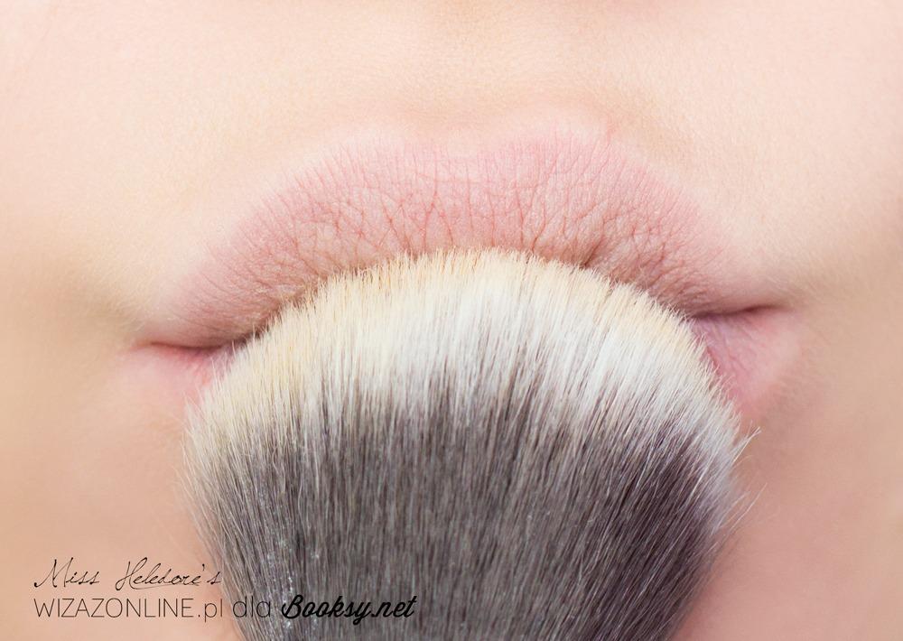 Delikatnie przypudruj podkład na ustach przy pomocy transparentnego pudru sypkiego. Te pierwsze trzy kroki to klucz do trwałego makijażu ust!