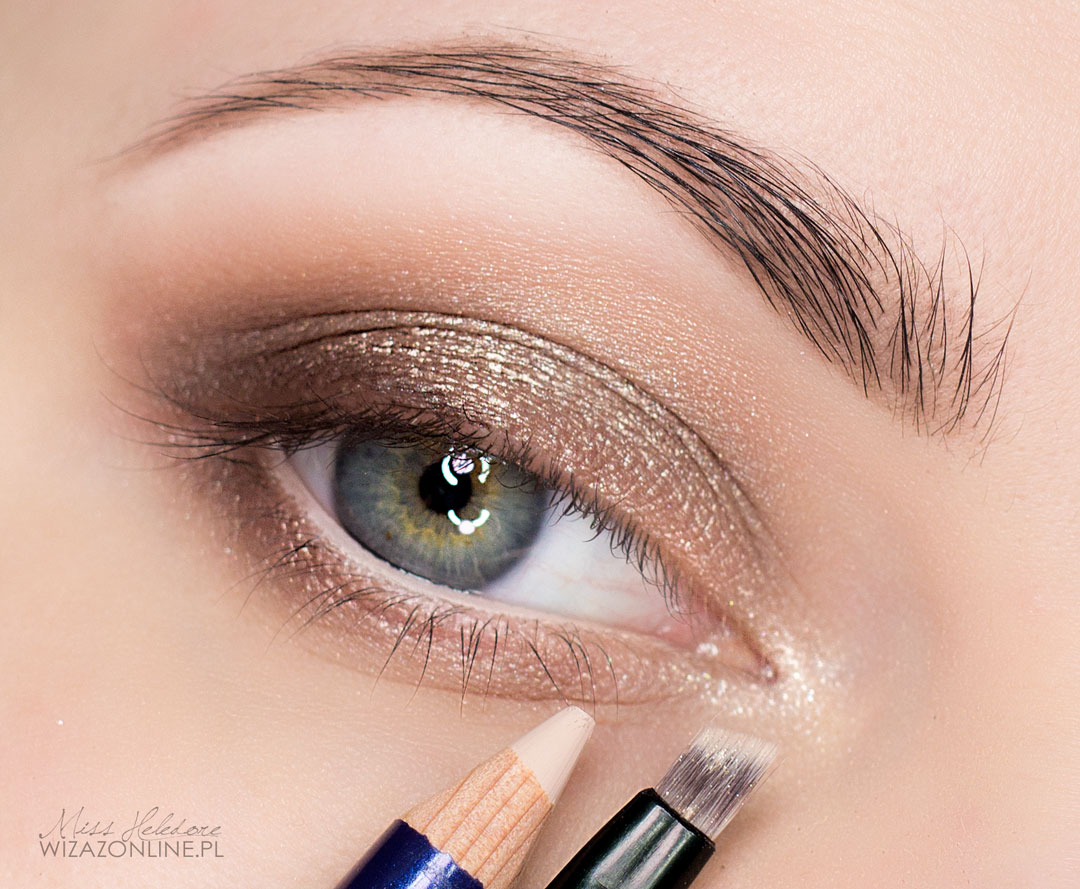 Brzeg dolnej powieki (linię wodną) pomaluj cielistą kredką, a wewnętrzny kącik oka podkreśl jasnozłotym cieniem.
