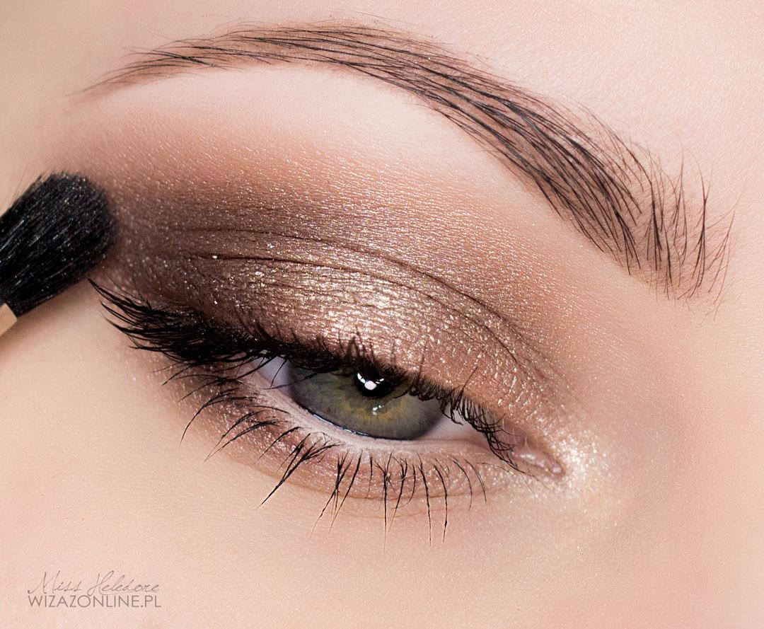 Zmieniając makijaż dzienny w wieczorowy, zacznij od zacznij od przyciemnienia zewnętrznego kącika oka i załamania powieki. Nałóż tam ciemnobrązowy cień.