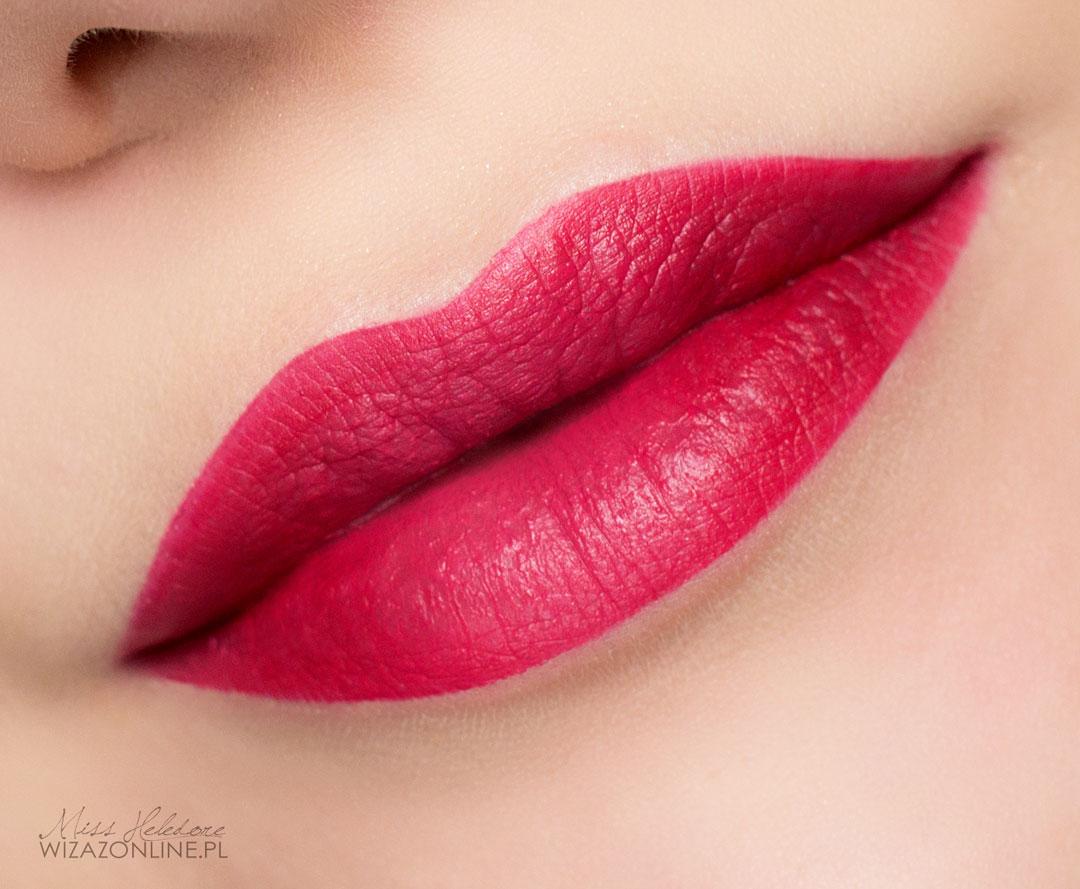 10.Usta obrysuj ciemnoczerwoną konturówką, a następnie pomaluj czerwoną pomadką o satynowym wykończeniu. Możesz też nałożyć na ich środek przezroczysty błyszczyk. Gotowe!