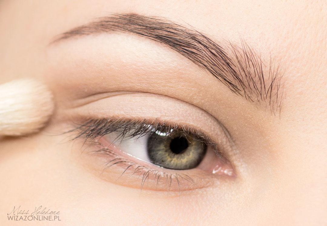 Całą powiekę ruchomą pokryj jasnym, cielistym cieniem. Następnie delikatnie przyciemnij załamanie przy użyciu brązowego cienia, by jedynie podkreślić trójwymiarowość oka.