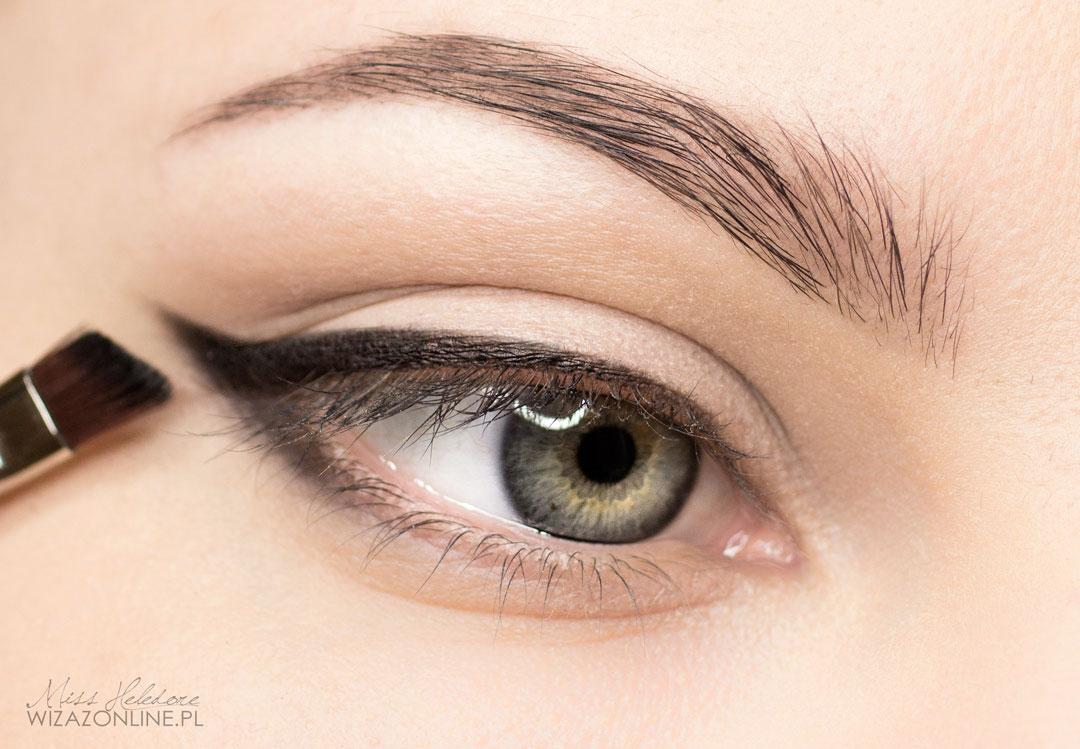 Czarnym cieniem namaluj kreskę wzdłuż linii rzęs i przeciągnij ją na dolną powiekę w zewnętrznym kąciku oka.