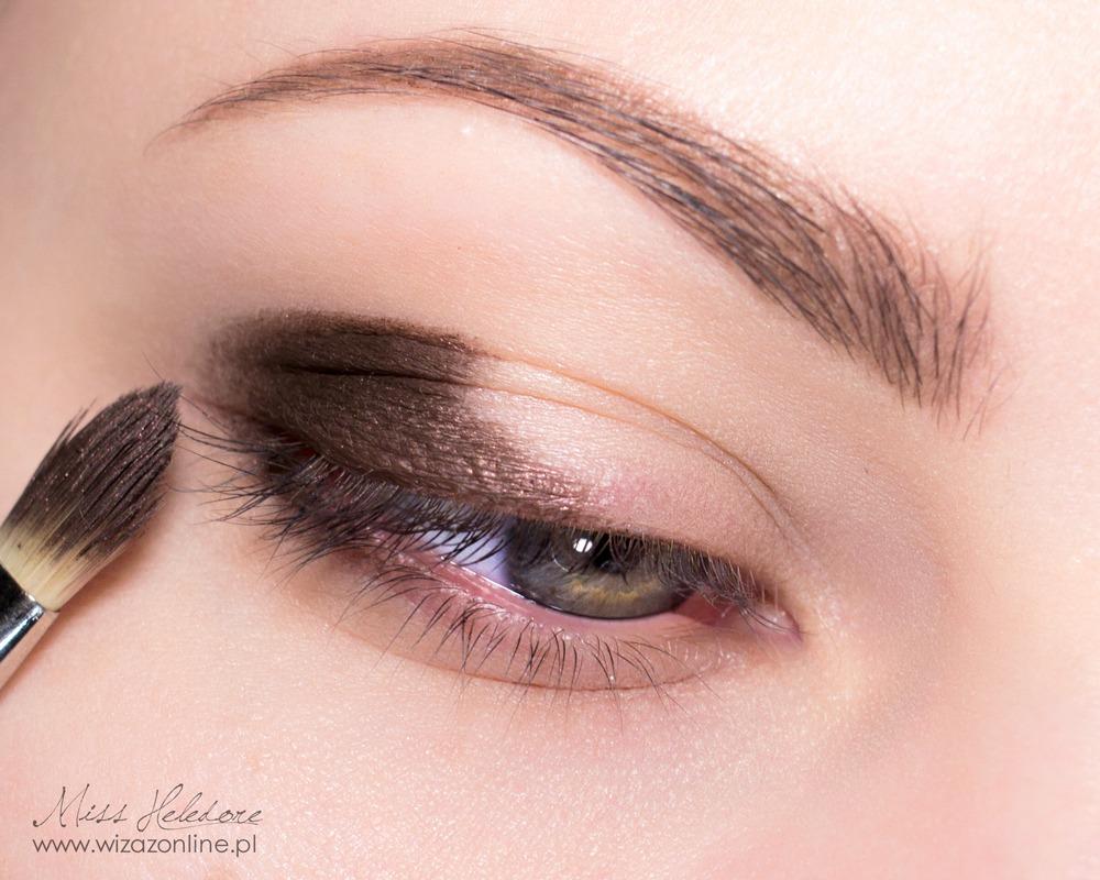 Zewnętrzny kącik oka przyciemnij brązowym cieniem nakładanym na mokro. Przeciągnij cień na dolna powiekę.