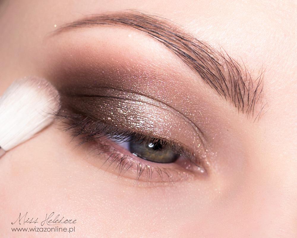 Załamanie powieki przyciemnij cieniem w kolorze bordowym.