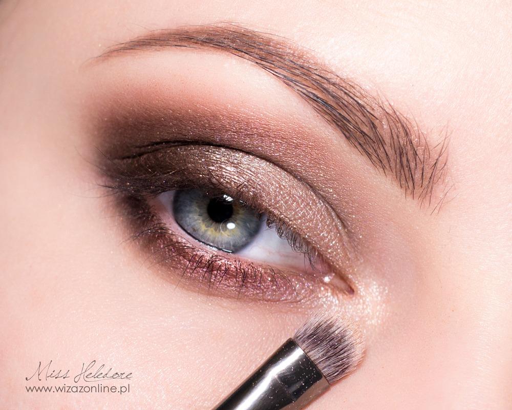 Wewnętrzny kacik oka rozświetl jasnozłotym cieniem.