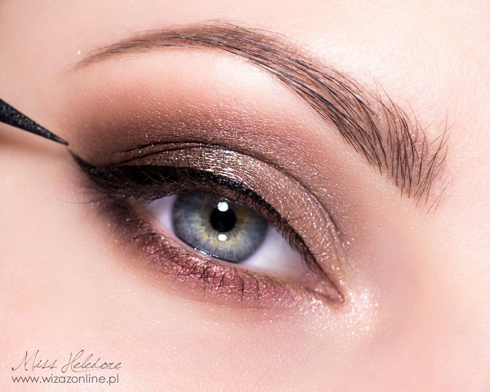 Przy użyciu czarnego eyeliner'a w pisaku namaluj kreskę wzdłuż linii rzęs. Zakończ ją szpicem.
