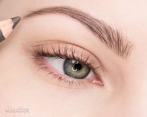 Zacznij od nałożenia podkłady na całą twarz, zakorygowania obszaru wokół oczu i utrwalenia wszystkiego pudrem. Następnie podkraśl brwi - są one nieodłącznym elementem makijażu wieczorowego!
