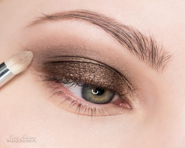 Granice cienia w załamaniu powieki rozetrzyj przy pomocy średniego, matowego brązu.