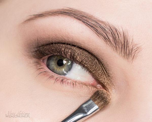 Wewnętrzny obszar oka rozświetl złotym cieniem.