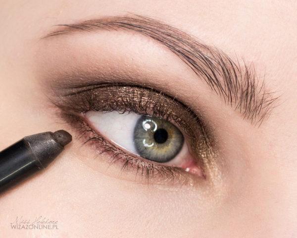 Dolną powiekę i linię wodną w oku pokryj ciemnobrązowoą kredką do oczu.